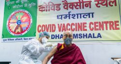 Dalai Lama recebe primeira dose de vacina contra coronavírus; veja vídeo